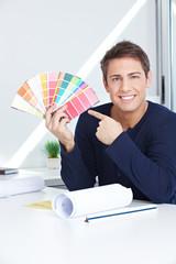 Grafiker zeigt Farbfächer