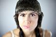 Piękna kobieta w czapce ze skrzywionymi ustami