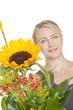 junge Frau mit Blumenstrauss mit Sonnenblume