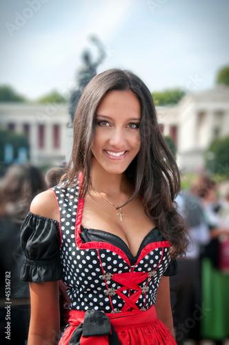 Frau im roten Dirndl auf dem Oktoberfest in München