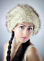 Portret bardzo pięknej dziewczyny z głębokim spojrzeniem