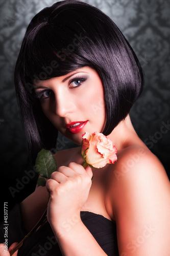 attraktive schwarzhaarige Frau mit Rose
