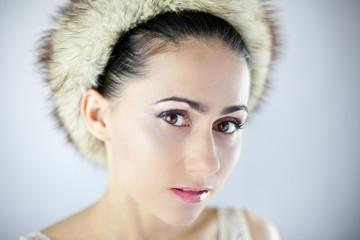 Śliczna młoda dziewczyna w futrzanej czapce