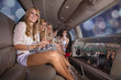 Junge Damen in Party Laune, Stretch Limousine