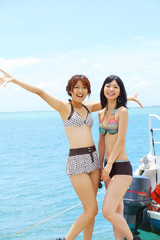 水着の女性二人