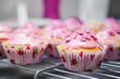 Glasierte Muffins mit Zuckerstreuseln