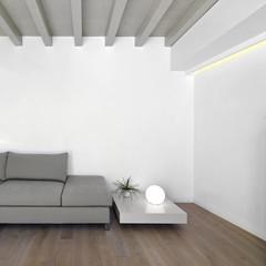divano di tessuto e tavolino nel soggiorno moderno