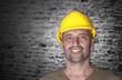 Freundlicher Mann mit Helm auf der Baustelle