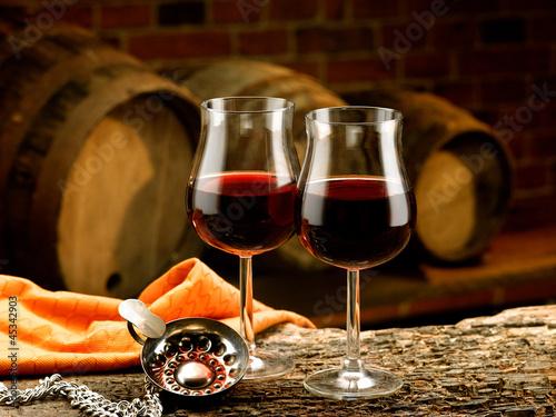 bicchieri di vino rosso e tastevin ambientati