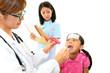 風邪の女の子を診察する医師
