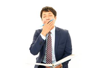 あくびをしているビジネスマン