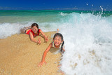 Fototapety 南国沖縄のビーチで遊ぶ親子