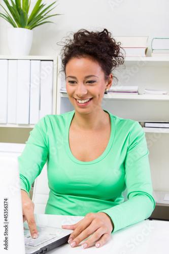 Freundliche junge Dame im Büro