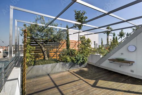 moderno terrazzo con lavello di vetro e parquet