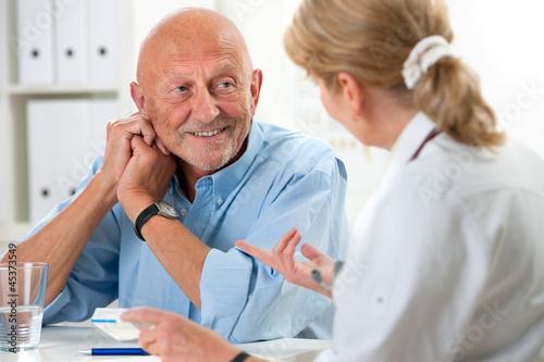 Leinwandbild Motiv Ärztin spricht mit Patienten