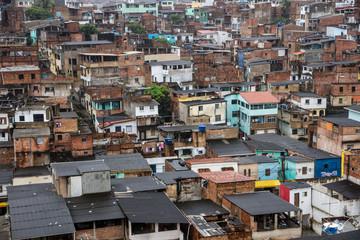 Favela en brasil, toma aérea.