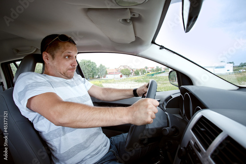 In de dag Man driving car , speeding fast.