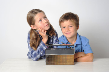 Kinder hören Radio