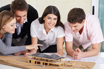 Architekten diskutieren Hausmodell