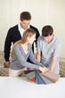 Paar sucht Teppich aus Muster aus