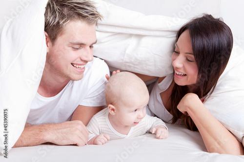 familie im bett