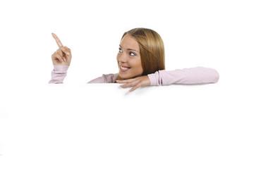 Frau schaut über leeres Plakat