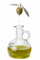 Aceituna chorreando aceite de oliva sobre una aceitera