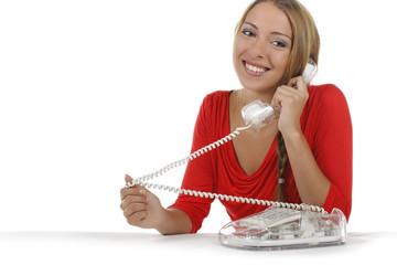 Junge Frau glücklich beim Telefonieren