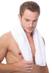 Mann mit Badetuch um die Schulter
