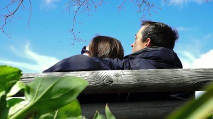 couple détendu sur un banc