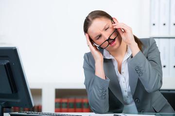 gestresste geschäftsfrau mit kopfschmerzen
