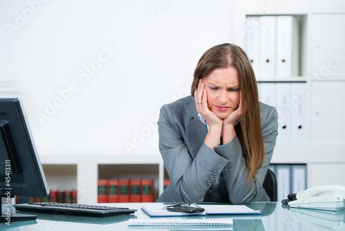 geschäftsfrau fühlt sich unwohl