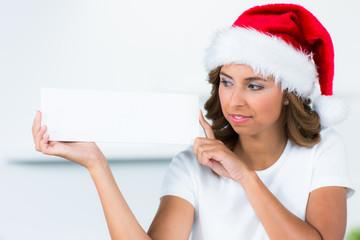 weihnachtsfrau mit reklameschild