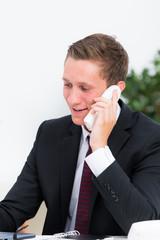 auzubildender telefoniert geschäftlich