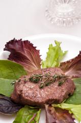 Rindersteak auf Blattsalat