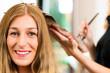 Beim Friseur - Frau erhält Haarfarbe oder Strähnchen