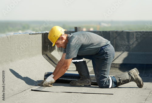 Flat roof covering works with roofing felt - 45429319