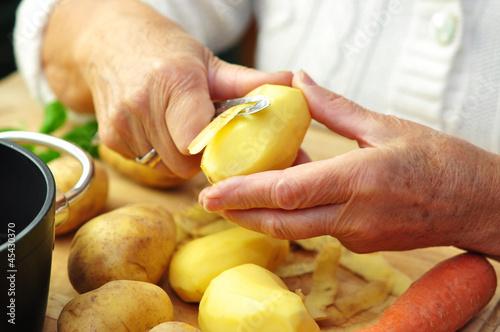 Seniorin zubereitet Mittagessen