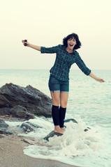 молодая девушка возле моря
