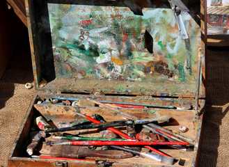 Art brushes in the old suitcase