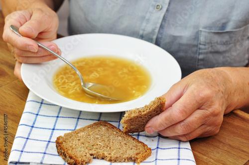 Seniorin beim Mittagessen