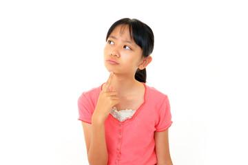 困った表情の女の子