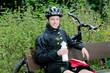 Junger Mann erholt sich vom Mountainbiken