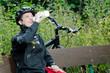 Mountainbiker legt eine Rast ein