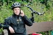 Junger Mountainbiker telefoniert