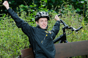 Mountainbiker streckt sich