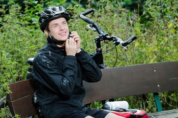 Mountainbiker öffnet Helm