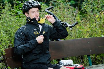 Mountainbiker beim Reißverschluss schließen