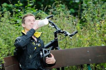 Mountainbiker macht eine Trinkpause