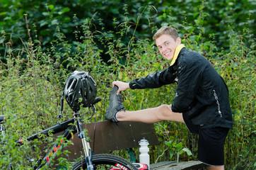 Mountainbiker beim Stretchen